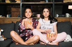 due-amici-femminili-spaventati-guardando-film-horror_23-2147894392